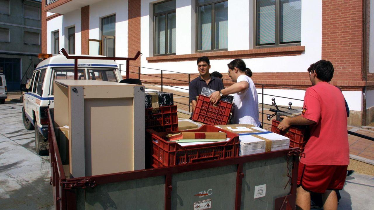 Mariñanos en FITUR.Traslado de los documentos del archivo, en el año 2001, a las actuales dependencias municipales