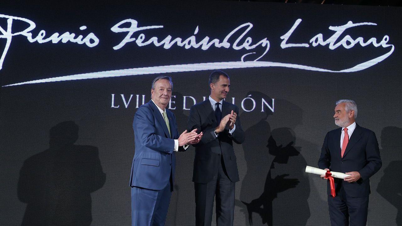 El rey en la entrega del premio Fernández Latorre a Darío Villanueva, presidente de la Real Academia Española, junto al presidente de La Voz de Galicia, Santiago Rey Fernández-Latorre