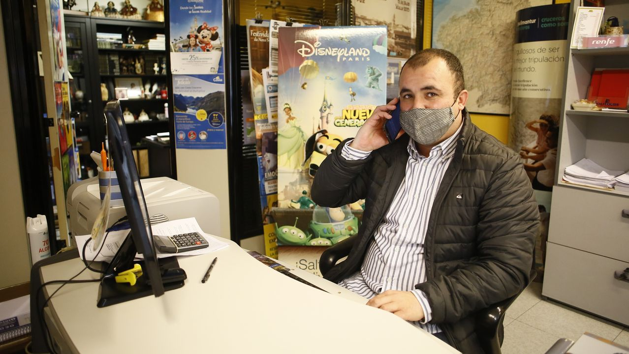 David Rodríguez, en su agencia de viajes, en Foz