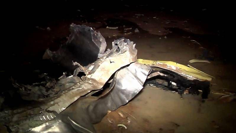 Primeras imágenes de los restos del avión de Swiftair estrellado en Mali.Un hombre reza arrodillado ante los restos del avión siniestrado cuando se dirigía a Argel.