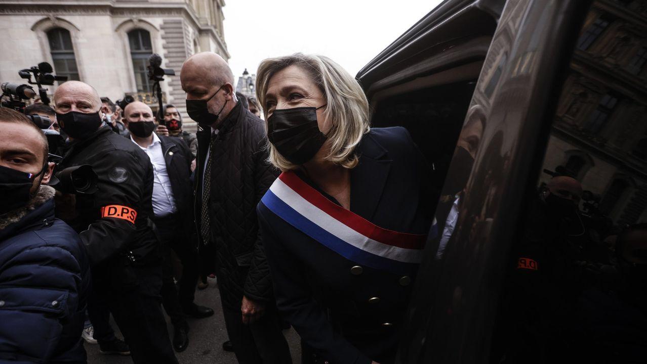 Marine Le Pen, el pasado 1 de mayo antes de despositar un ramos de flores en la estatuta de Juana de Arco