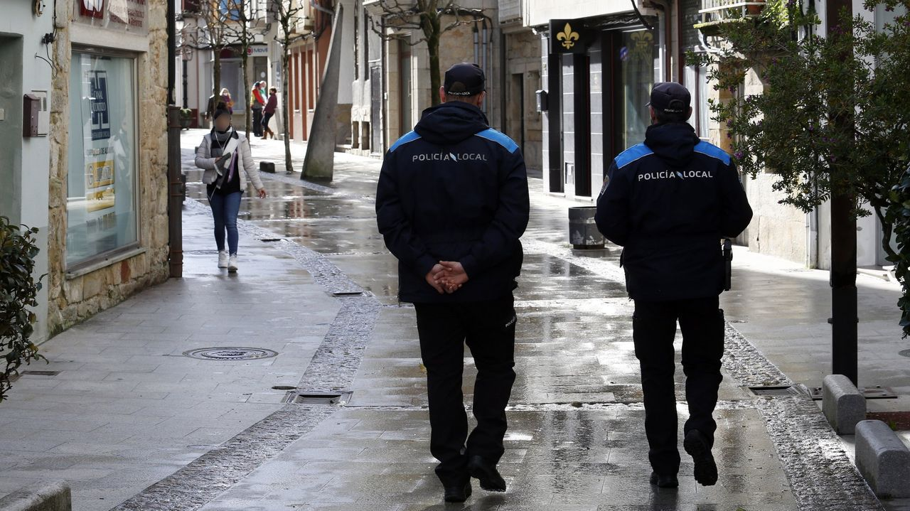 Imagen de agentes de Rianxo caminando por el casco urbano