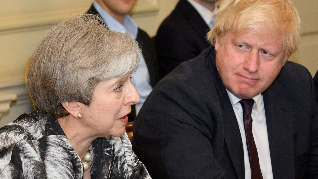 Theresa May junto a Boris Johnson