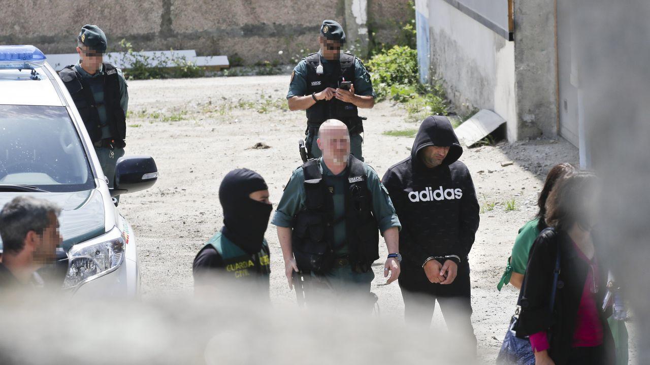 Una veintena de agentes con perros e instrumentos de búsqueda registraron a fondo una conservera junto al principal detenido
