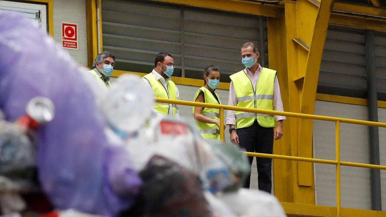 os reyes, Felipe y Letizia, junto al presidente del Principado, Adrián Barbón (2i) durante su visita al Centro de Tratamiento de Residuos de Cogersa, en Gijón
