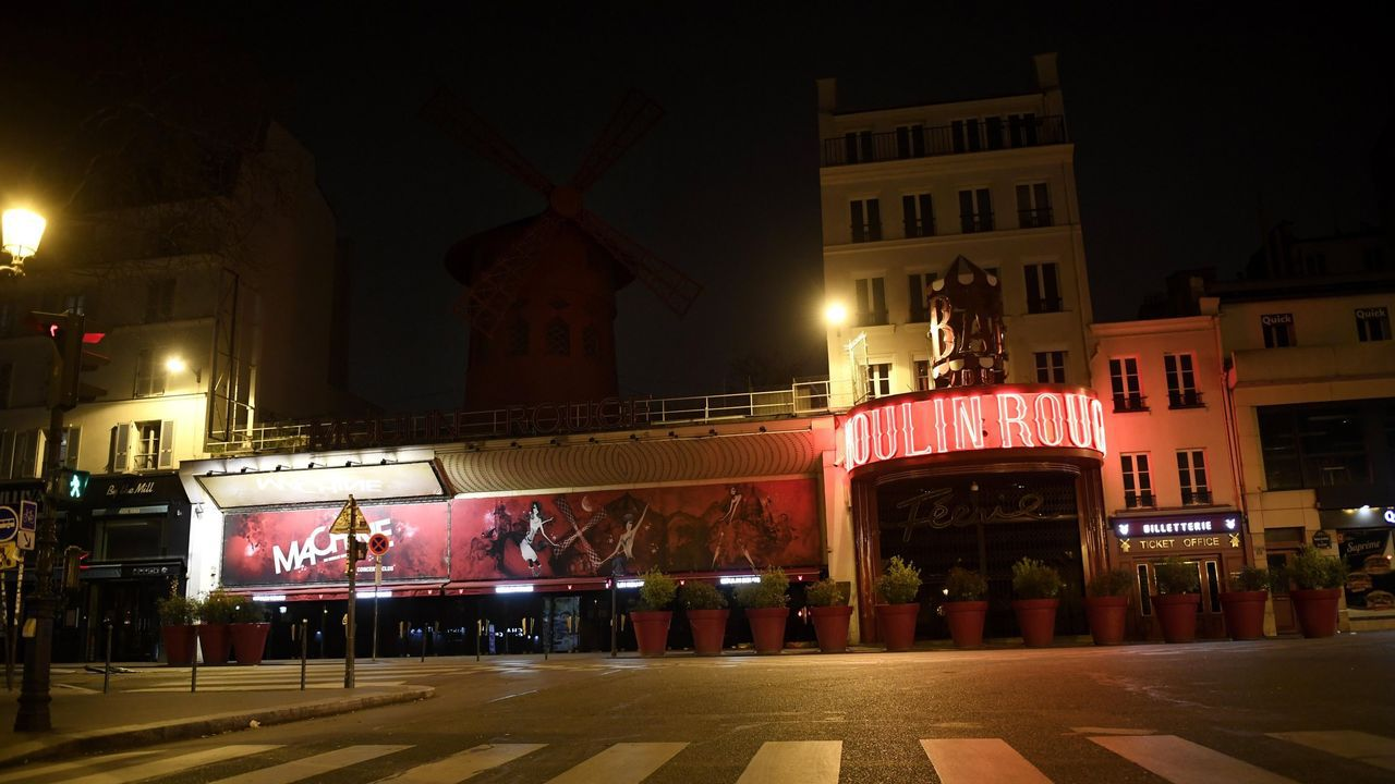 El famoso cabaret parisino Moulin Rouge, situado en el barrio rojo de Pigalle, cerrado por la crisis sanitaria