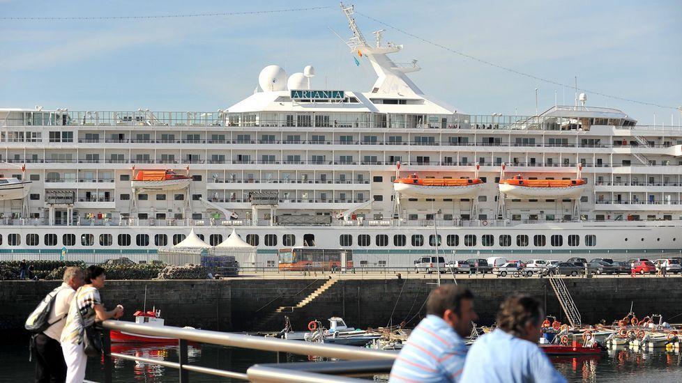 Vista del crucero «Artania» en Curuxeiras