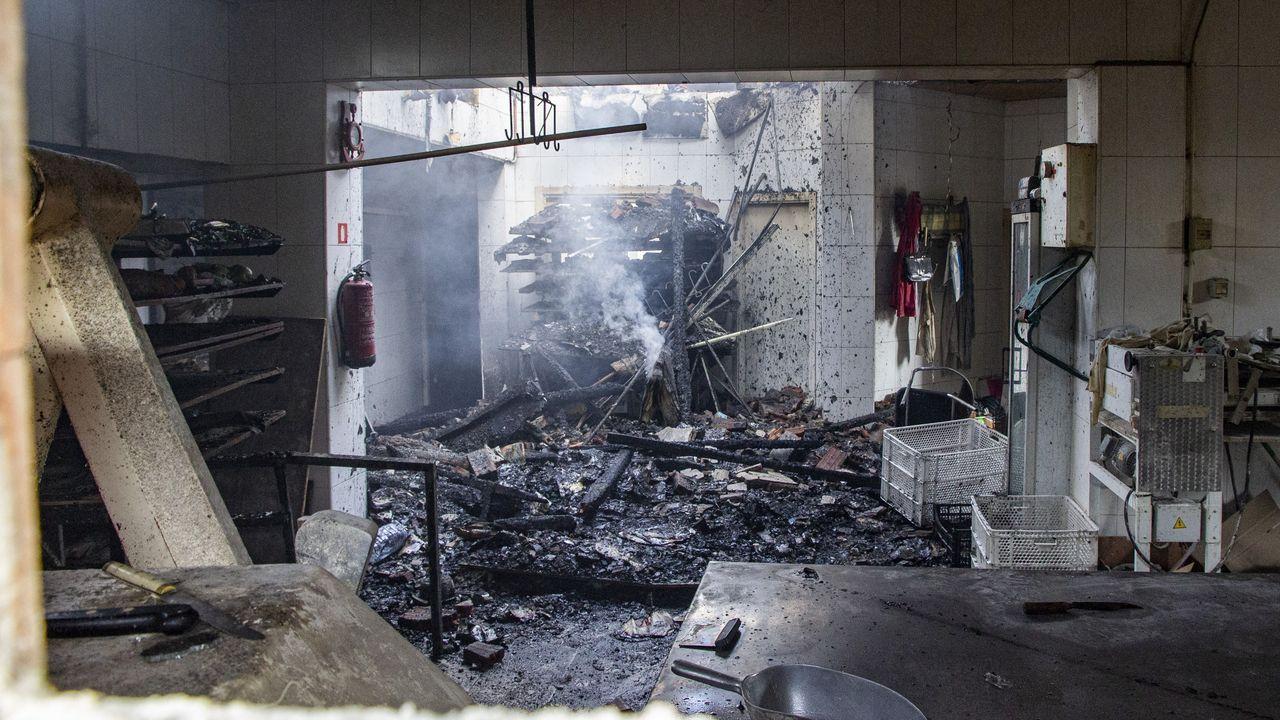 Aplausos, campanas y canciones.Así se veía desde fuera esta mañana la planta baja de la panadería Canaval tras el incendio