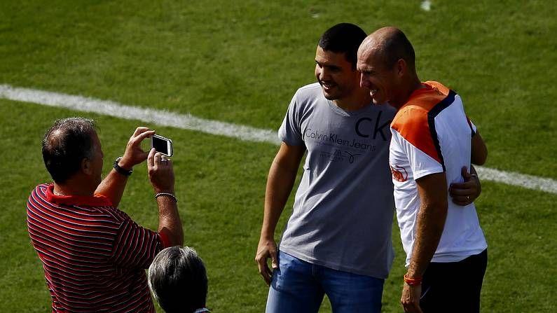 Zico saca una foto a su hijo con Robben