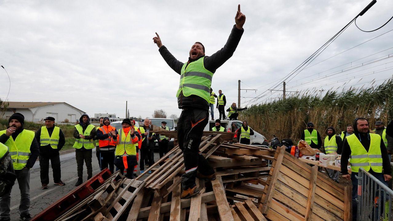 Manifestantes vestidos con chalectos amarillos bloquean el acceso a la refinería de Frontignan, al sur de Francia, para protestar contra el alza de impuestos al combustible