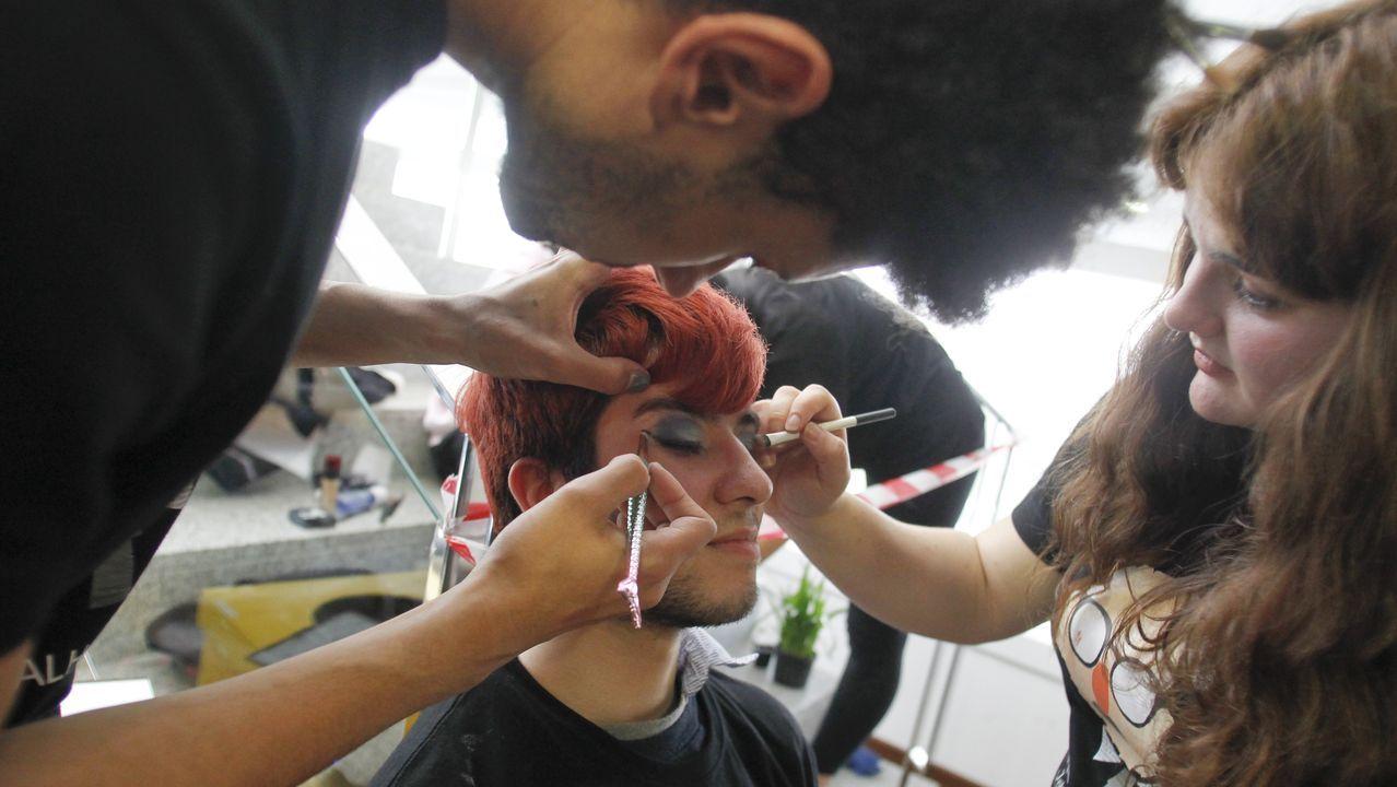 Alumnos del Carballo Calero maquillaron a los asistentes a la feria educativa para dar a conocer sus ciclos de estética