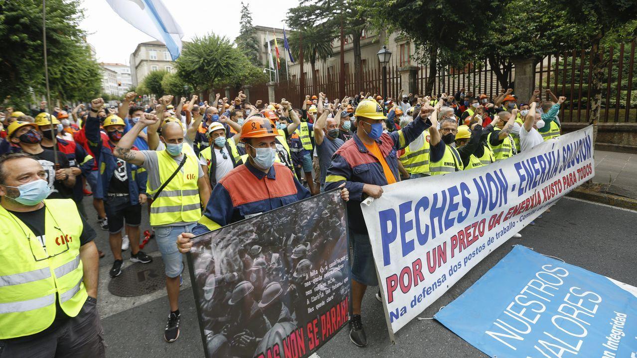 Vídeo del comité de Alcoa tras la ruptura de la negociación en Nigrán.Incansables, los empleados de Alcoa se manifestaron otra vez este viernes en Santiago, a las puertas del Parlamento de Galicia, que se constituía