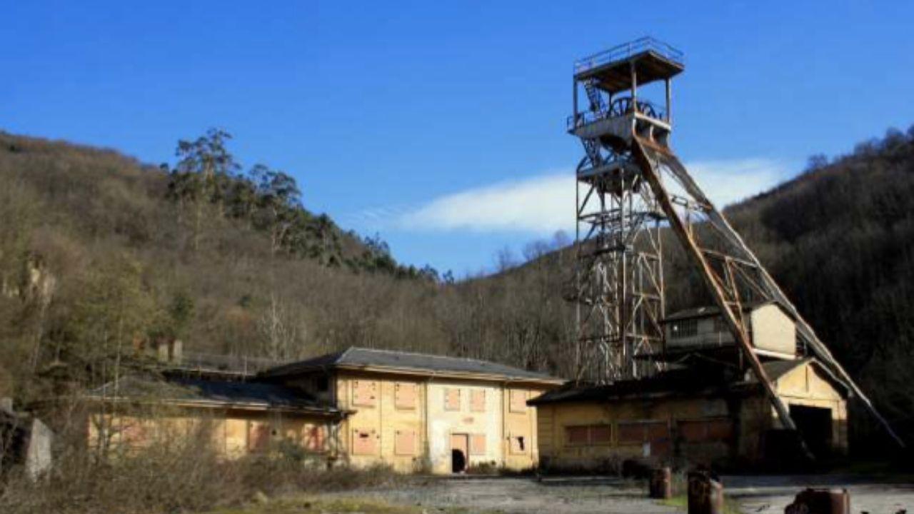 Instalaciones mineras del pozo Olloniego, en estado de ruina, en el monte del mismo nombre