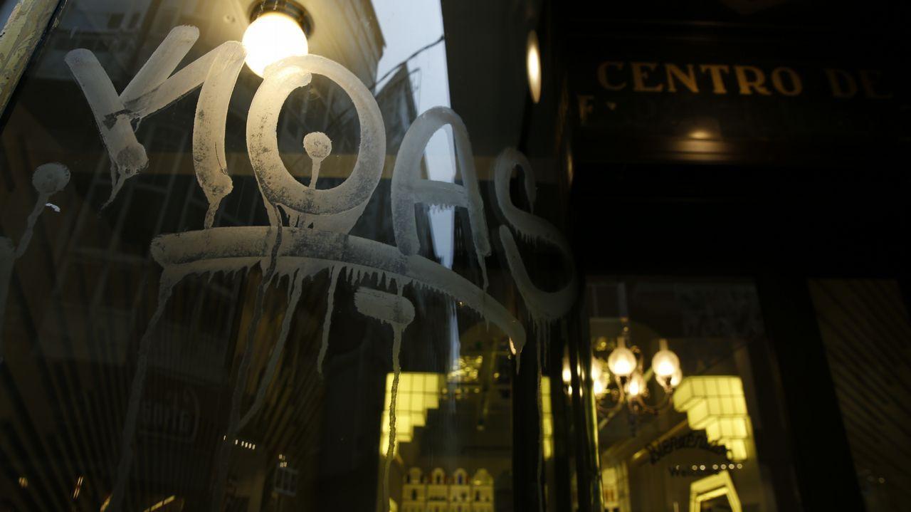 Pintada realizada en el cristal protegido de la antigua Farmacia Europea  (ahora café Real 63), en A Coruña