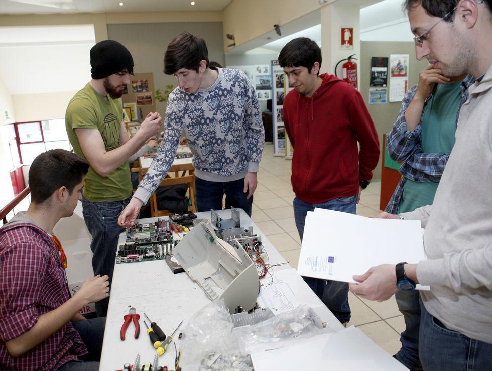 El Leliadoura propone un taller de reciclaje informático.