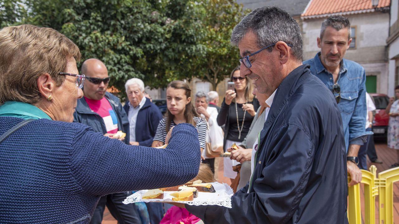 El alcalde de Sober, Luis Fernández Guitián, repartiendo rosca con queso entre los asistentes a la feria