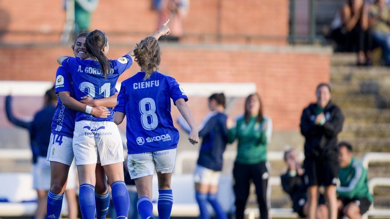 Gol Real Oviedo Femenino Seagull.Las futbolistas azules celebran un tanto ante el Seagull