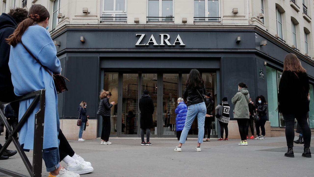 Colas ante una de las tiendas de Zara en París
