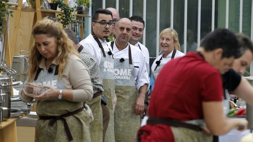 Os cociñeiros locais observan como o fan os concursantes, que empezaron a traballar uns minutos antes ca eles