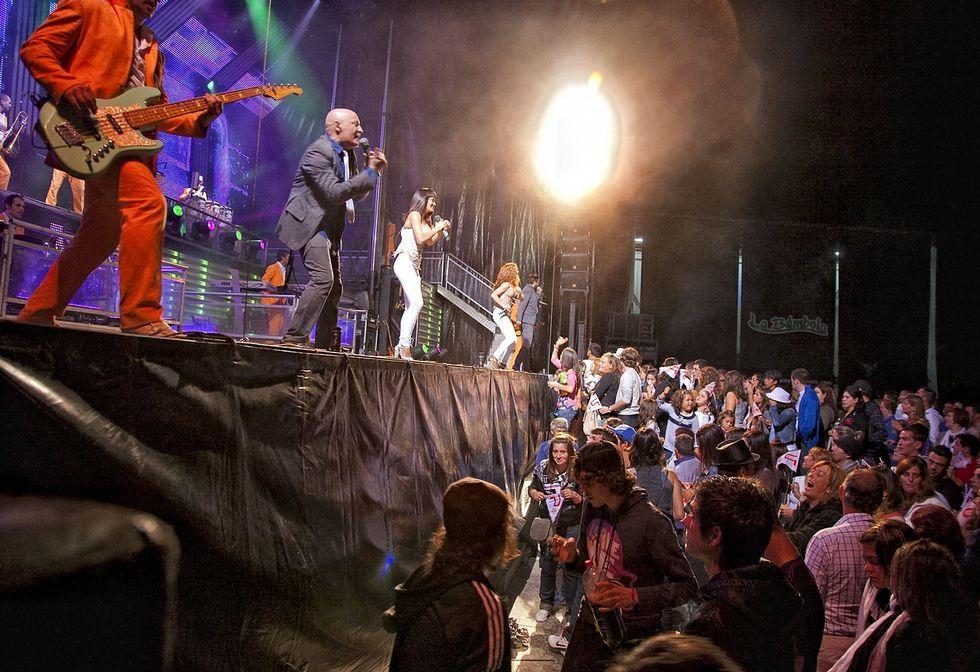 Actuación de la orquesta Panorama, una de las más reclamadas, en las fiestas de Muxía.