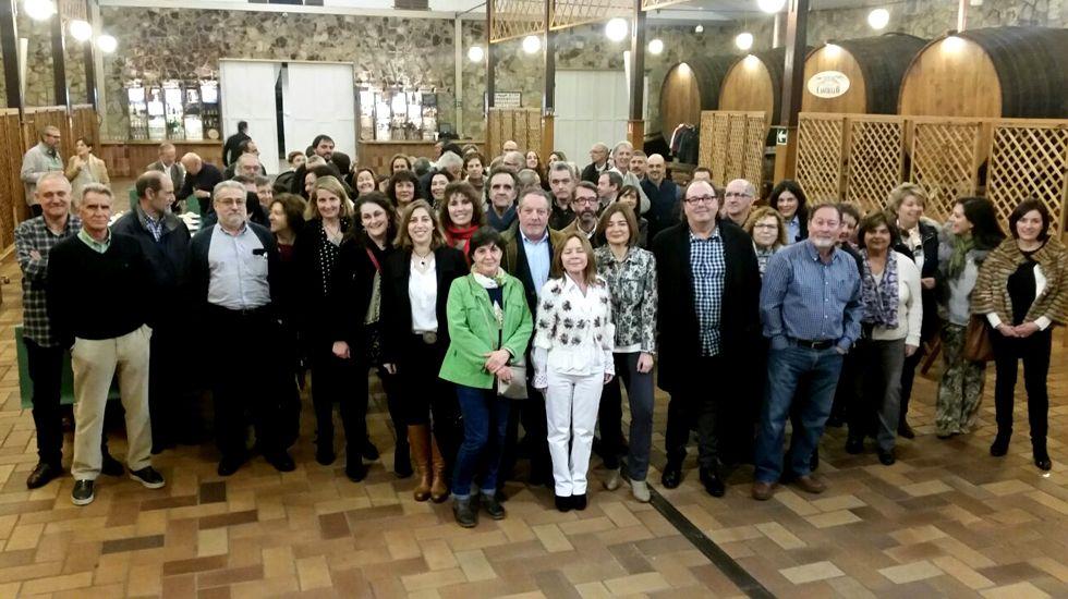 Concentración de docentes interinos ante la Junta General.Suárez del Fueyo, rodeado de personas en la espicha-homenaje por su jubiliación como director del CP Jovellanos
