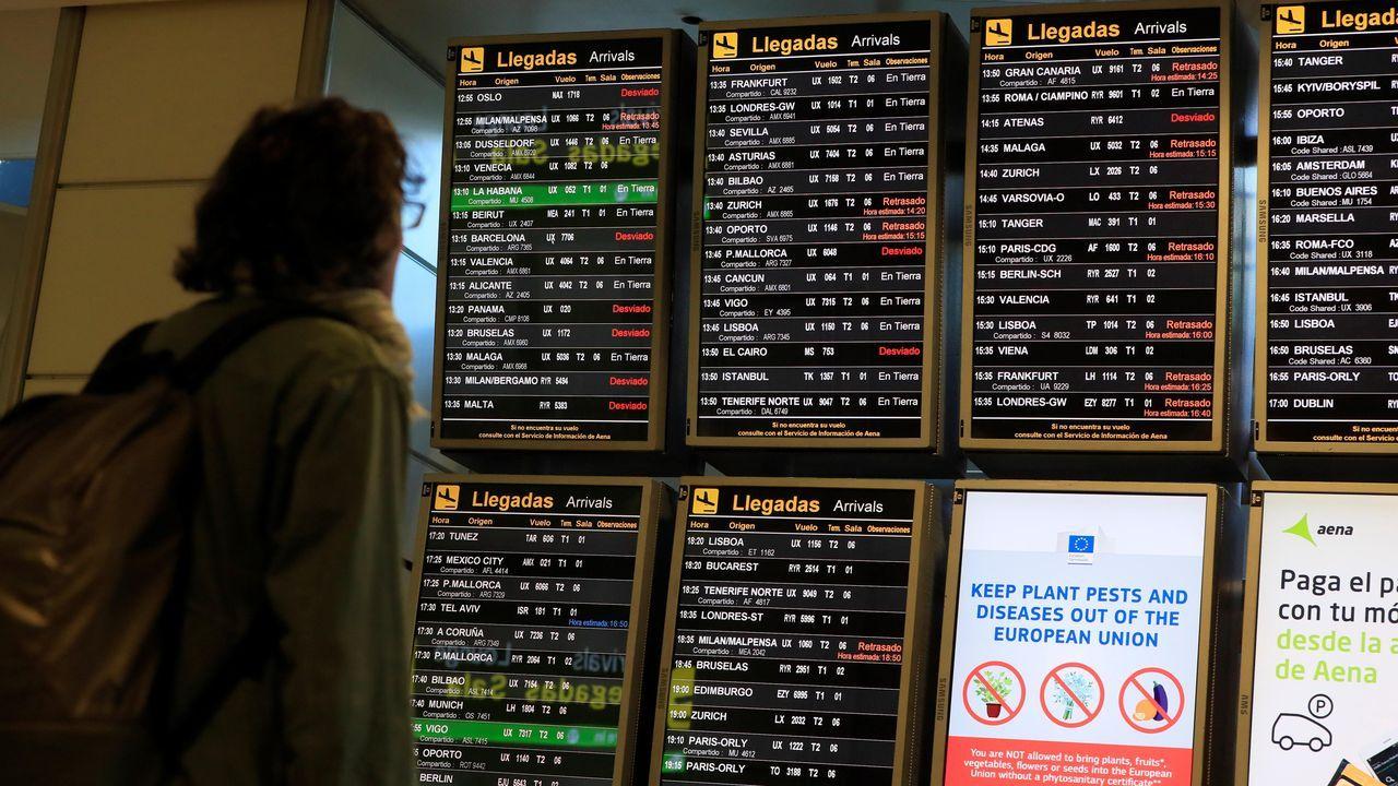 El cierre del espacio aéreo provocó este lunes numerosas cancelaciones y retrasos en el aeropuerto de Barajas