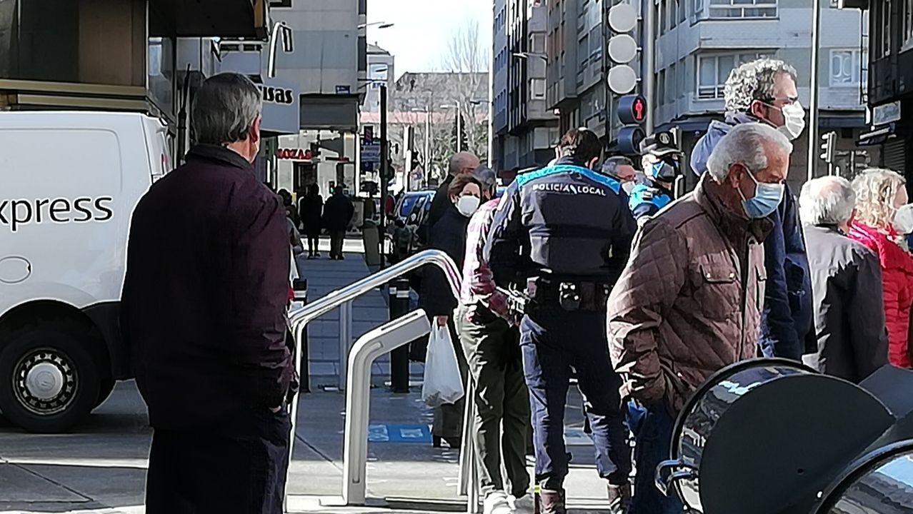 Los trabajadores delhospital gallego más castigado, el Chuac.Agentes de la Policía Local controlando el cumplimiento de las medidas de prevención del covid-19 en la calle Barcelona de A Coruña