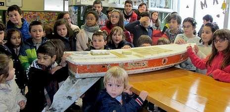 Los alumnos de O Pindo posan con el barquito que ha llegado desde Maine.