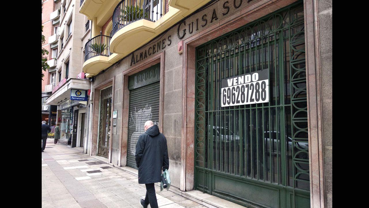 Una de las dos fachadas de Almacenes Guisasola, que sigue tal como estaba cuando cerró, hace diez años