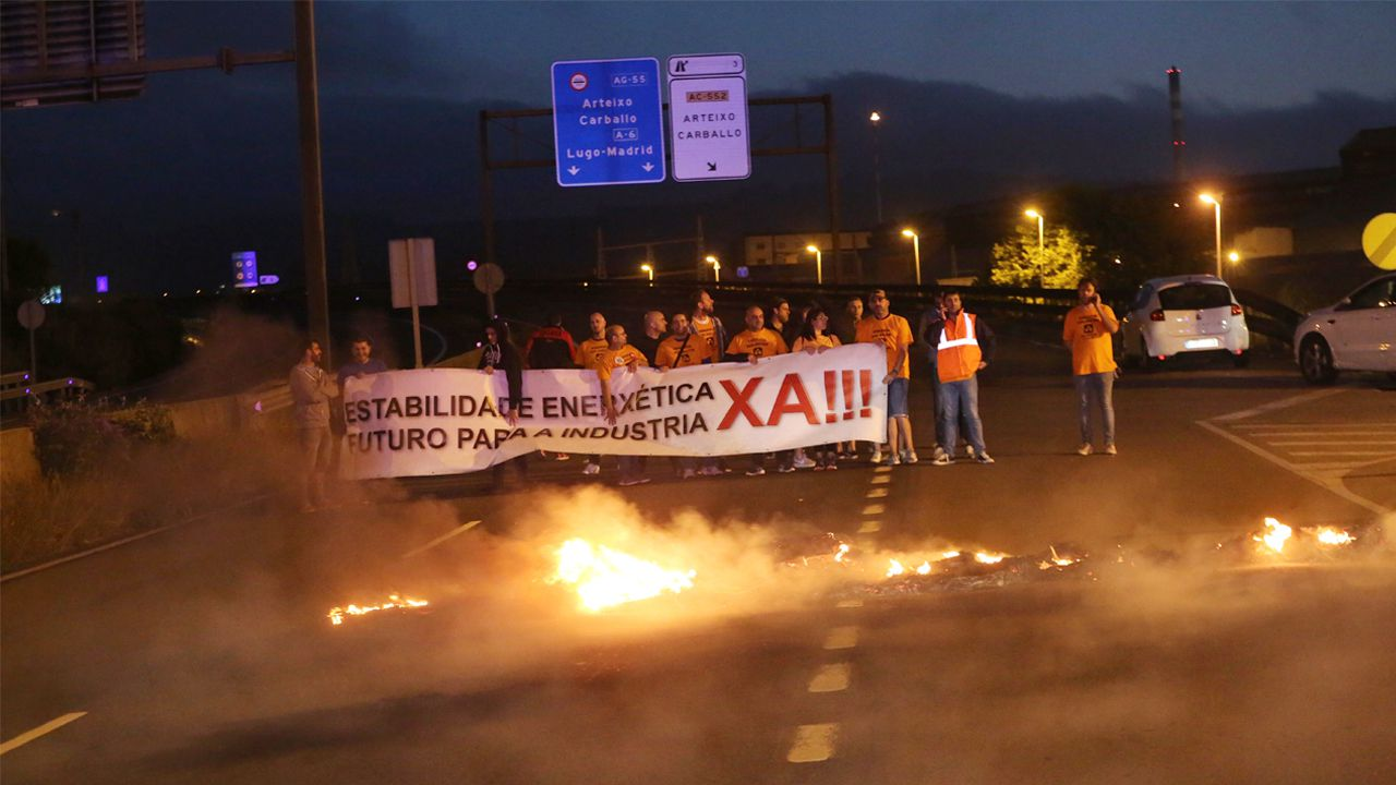 Trabajadores de Alcoa cortaron la avenida frente a la planta coruñesa en protesta por la decisión de la empresa