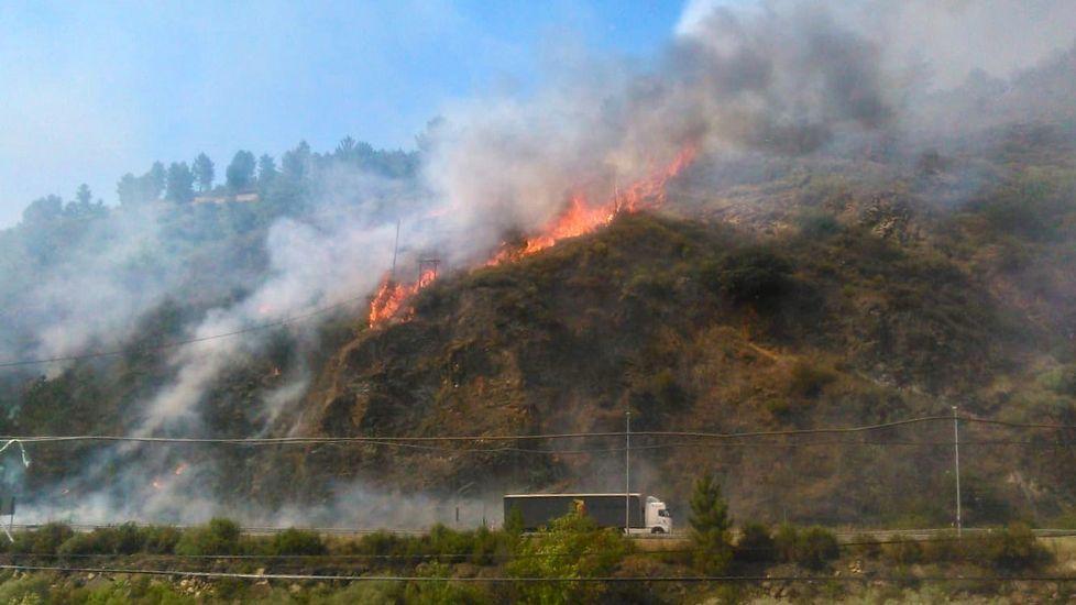 Uno de los últimos incendios registrados en zonas próximas a la N-120 en Quiroga
