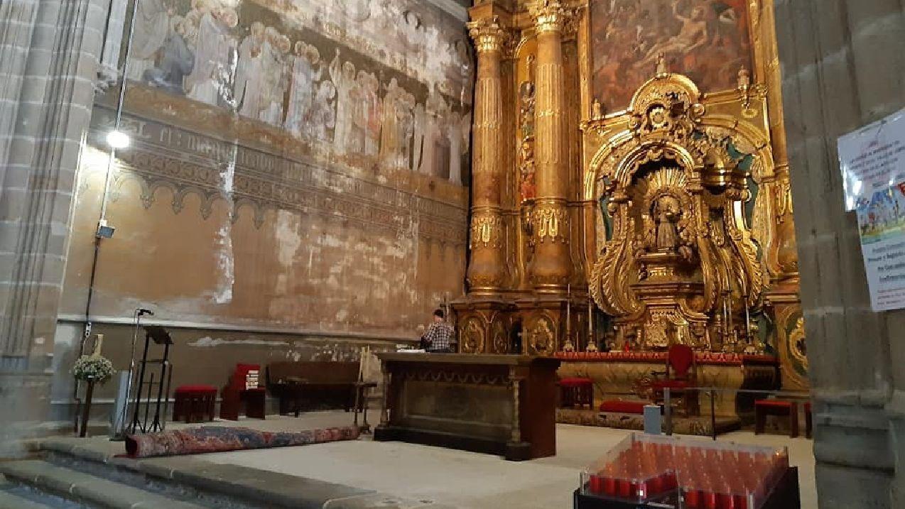 Un breve itinerario en imágenes por el Camino de Invierno en O Saviñao.Retirada de las alfombras en la cabecera de la iglesia, donde se restaurarán el retablo mayor y los murales pintados en la década de 1920 por el artista Lesmes López