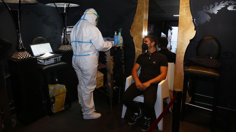 Preparación para hacer un test de covid en un local de ocio nocturno de Sanxenxo