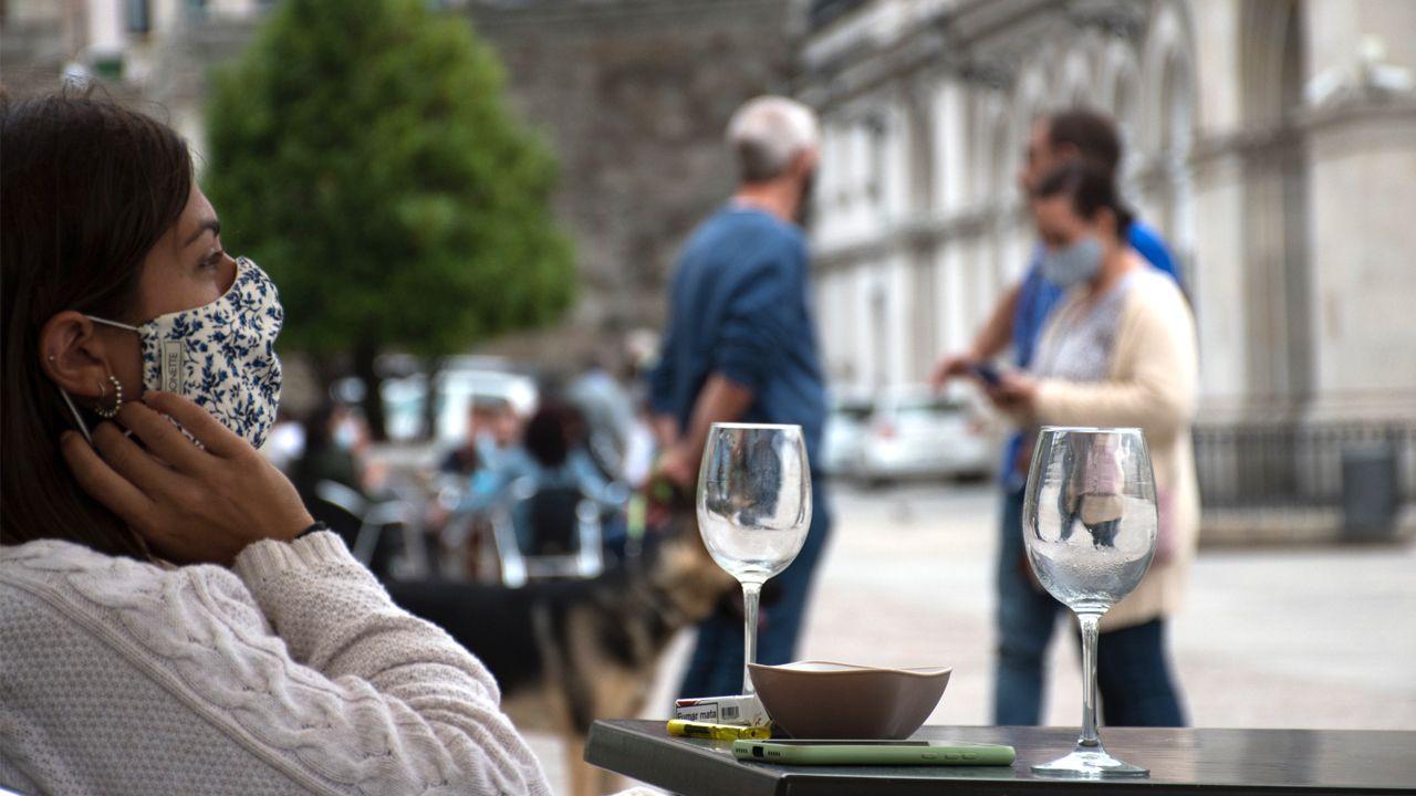 Huca, Oviedo .Terrazas en una plaza coruñesa