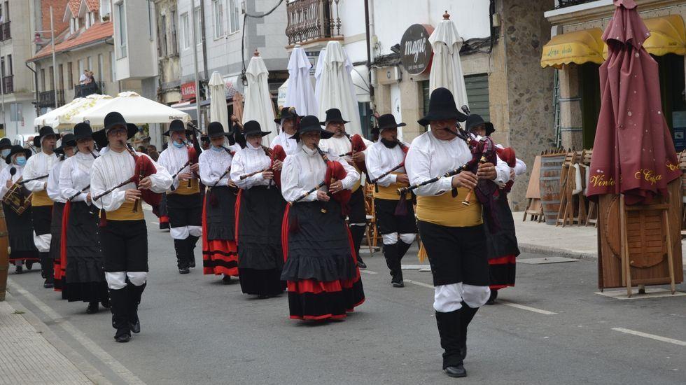 Así suena el himno nacional de Suecia con gaita.Un grupo de pasajeros consulta los vuelos en el Aeropuerto de Asturias