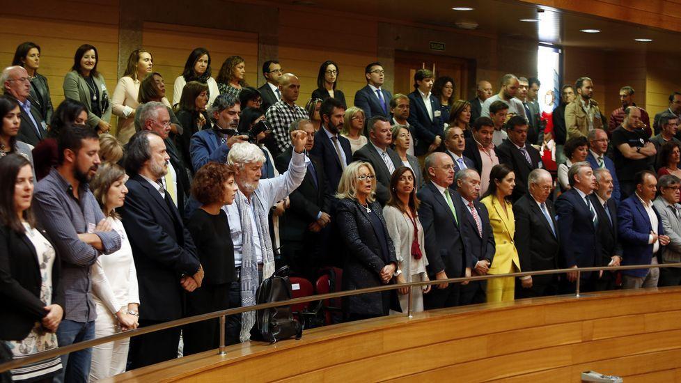 Público en la tribuna con numerosos políticos
