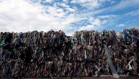 Medio Ambiente detona el problema de los vertidos industriales de Melide.Balas de residuos de plástico acumuladas en una de las explanadas de la planta de tratamiento de Nostián.
