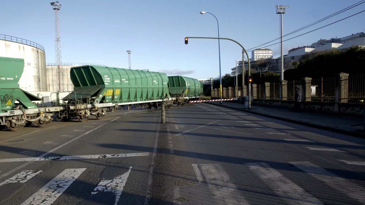 Tren de mercancías saliendo del puerto de A Coruña