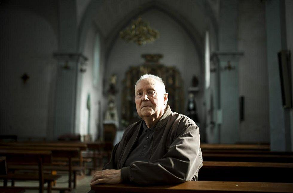 «Don Rafael», como lle chaman os veciños, na igrexa de Cuíña, onde tivo lugar a homenaxe.