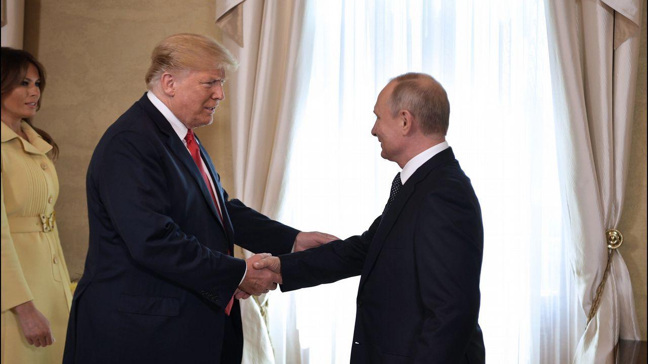 Los dos presidentes se saludan en presencia de la primera dama estadounidense Melania Trump