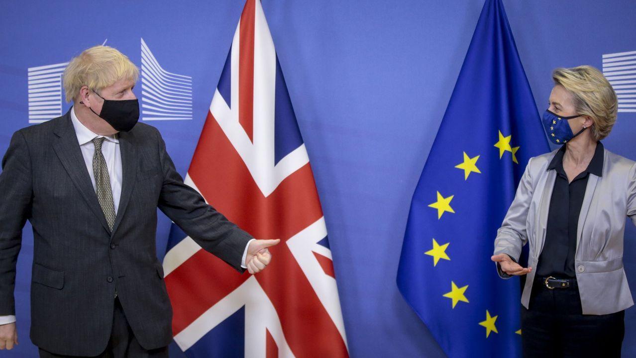 Jornada de vacunación masiva para los gallegos de entre 60 y 65 años.El primer ministro británico, Boris Johnson, y la presidenta de la Comisión Europea, Ursula von der   Leyen, en una imagen de archivo