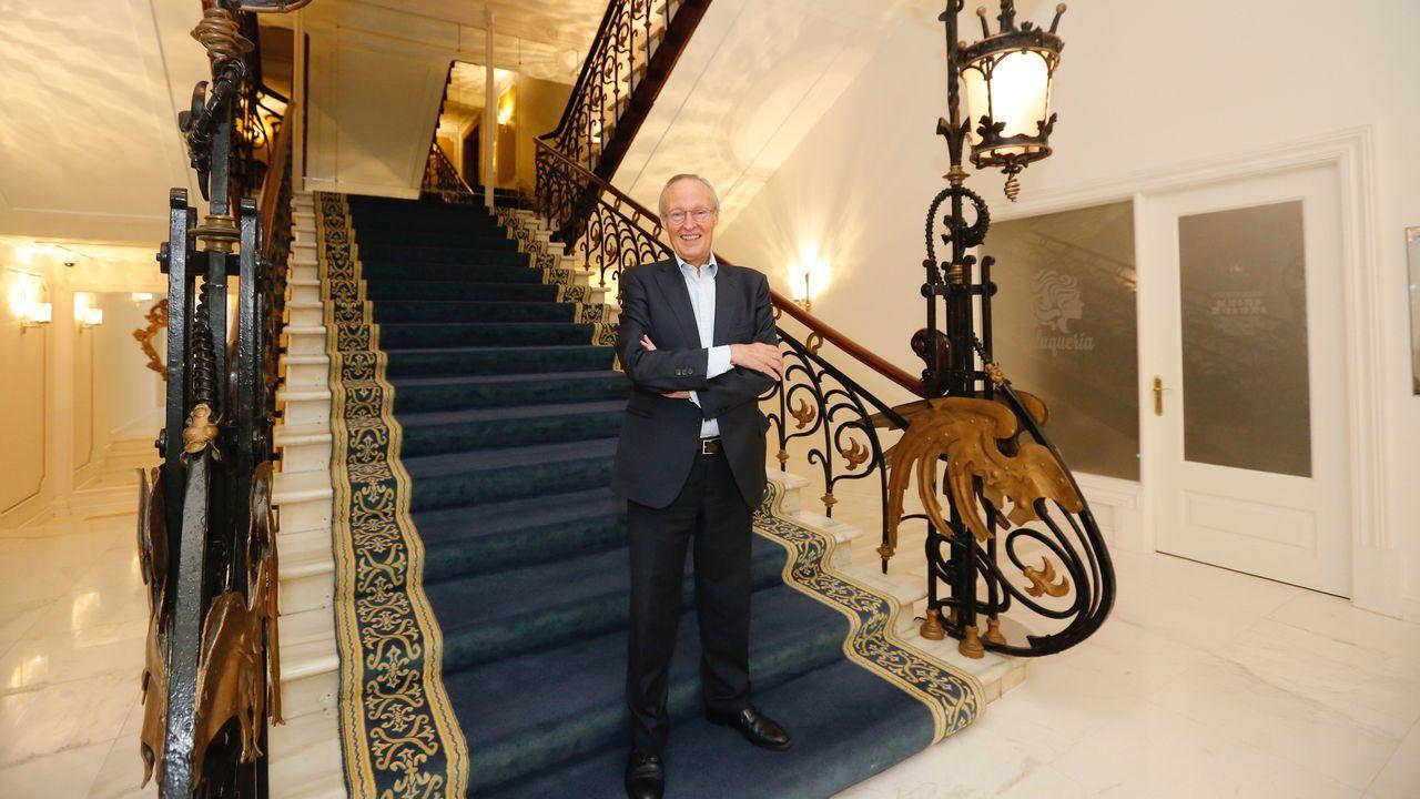 Piqué posando en una de las escalinatas del Gran Hotel La Toja
