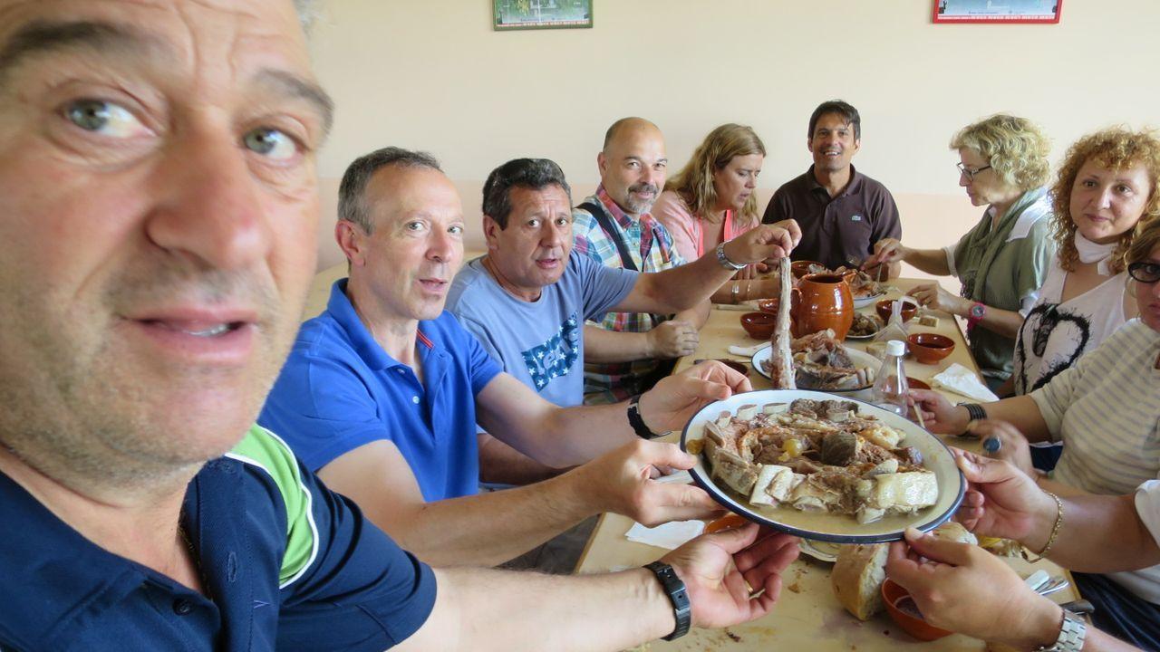 Un grupo de amigos come carne ao caldeiro en un restaurante de Castro de Carballedo, en una foto de archivo