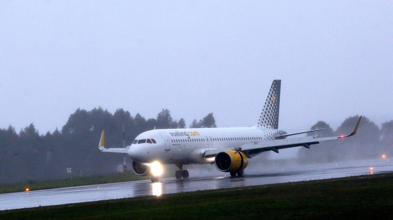 Avión de Vueling aterrizando en la pista de Alvedro. Imagen de archivo