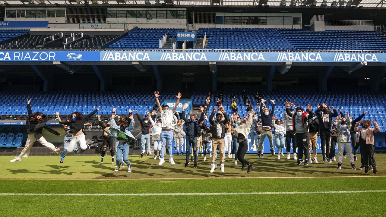 El teniente coronel que arrasa como barítono.Cien alumnos de bachillerato participaron en el estadio de Riazor en el homenaje del IES Salvador de Madariaga de A Coruña a la juventud por su comportamiento durante la pandemia del covid-19