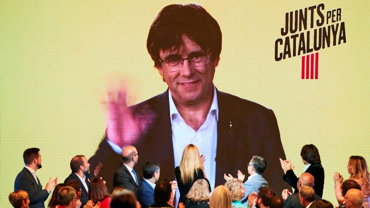 El expresidente de la Generalitat Carles Puigdemont, interviniendo por videoconferencia en un mitin de campaña que JxCat celebró hace unos días en Barcelona