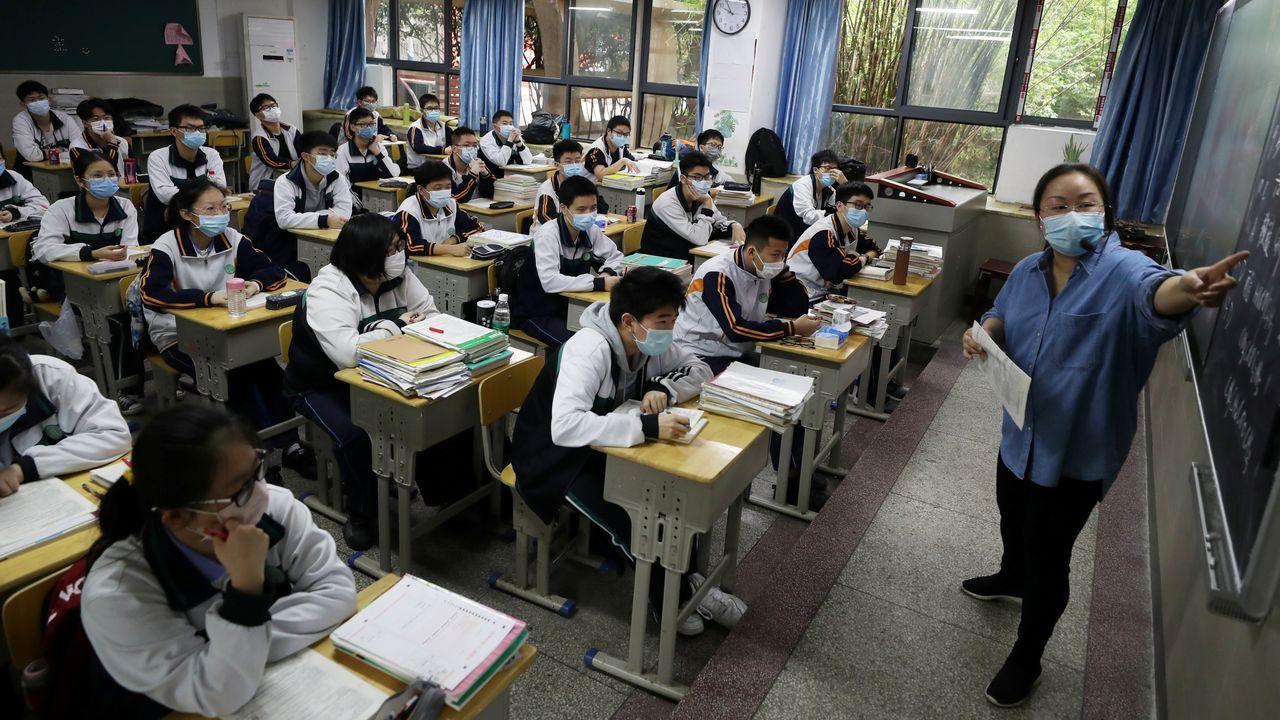 Tanto los estudiantes como los profesores de Wuhan llevan máscaras faciales