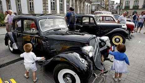 El desfile del 12 de octubre, en imágenes.La concentración de coches antiguos lleva tres años celebrándose en la praza de España.