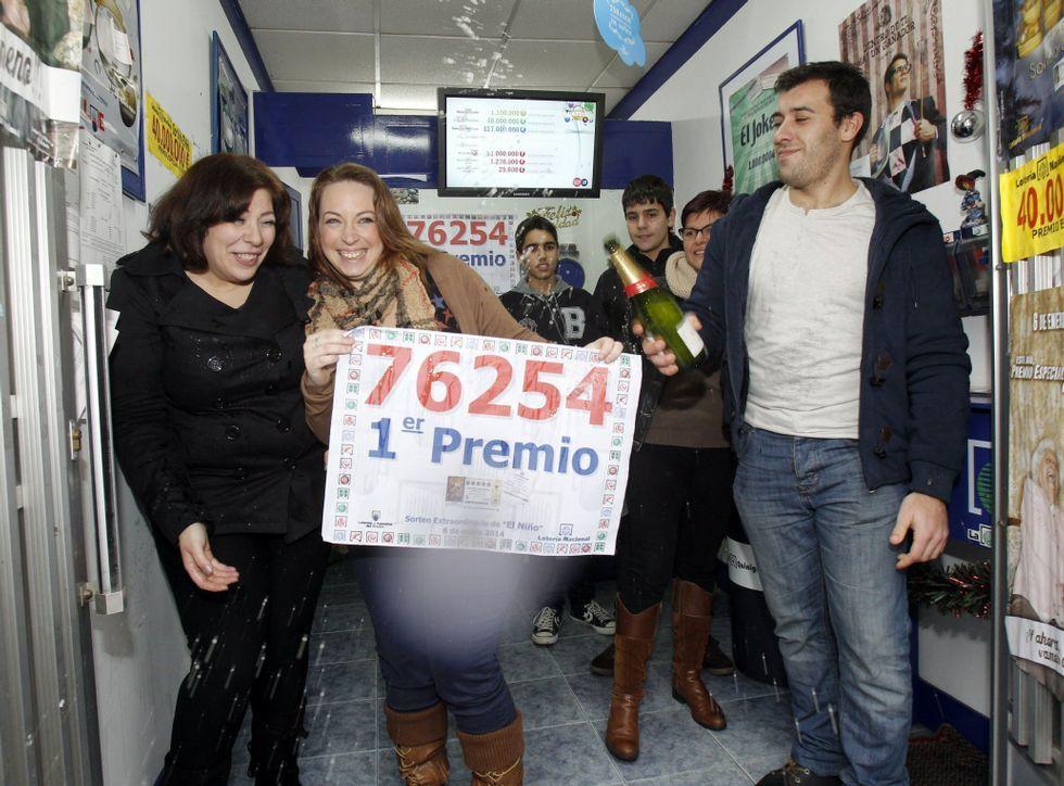 Mari Docampo, mostrando los pocos décimos que ya le quedaban ayer del número 48685.