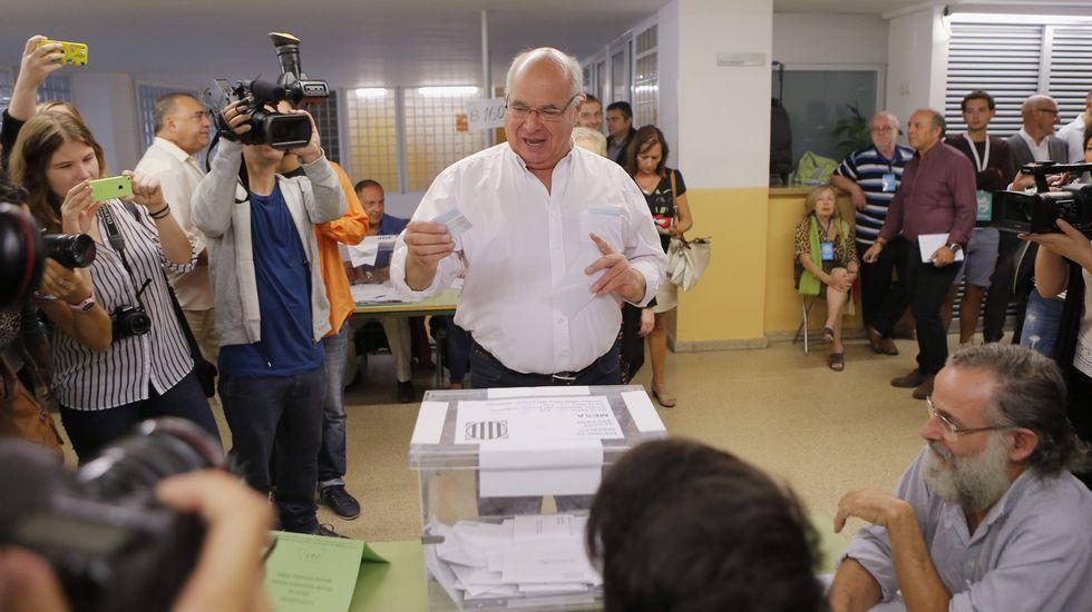 El candidato de Catalunya Sí que es Pot, Lluís Rabell, deposita su voto en un colegio barcelonés
